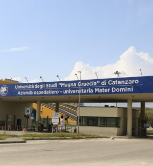 """L'ingresso del policlinico dell'Azienda ospedaliero-universitaria """"Mater Domini"""" di Catanzaro"""