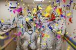 Dottori e infermieri festeggiano il 2021 e stregano... il New York Times