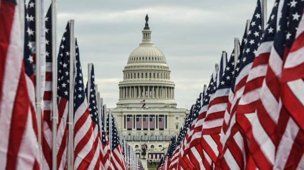 """""""Field of Flags"""". Quasi 200 mila bandiere sul National Mail in rappresentanza degli americani che oggi potranno partecipare al giuramento di Joe Biden e Kamala Harris"""
