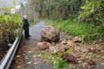 Paura a Cetraro, ennesimo smottamento e un grosso masso cade sulla strada di San Biagio