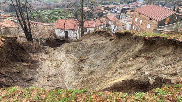 Cosenza, fango e detriti invadono le abitazioni: evacuate 10 famiglie a Rota Greca
