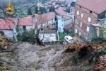 Le immagini da Rota Greca: fango dai balconi