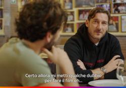 Francesco Totti, Pietro Castellitto e quel poster del Capitano La clip della serie «Speravo de morì prima», in cui l'attore interpreta il numero 10 della Roma - Corriere Tv
