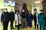 Crotone, i fondi della Befana del poliziotto al reparto di pediatria dell'ospedale