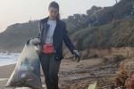 Elena Parisi con un sacco di rifiuti raccolti sulla spiaggia di Le Castella di Isola Capo Rizzuto