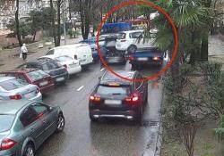 La macchina sul carro attrezzi si sgancia: l'automobilista si salva all'ultimo secondo Le immagini da Sochi, in Russia - CorriereTV