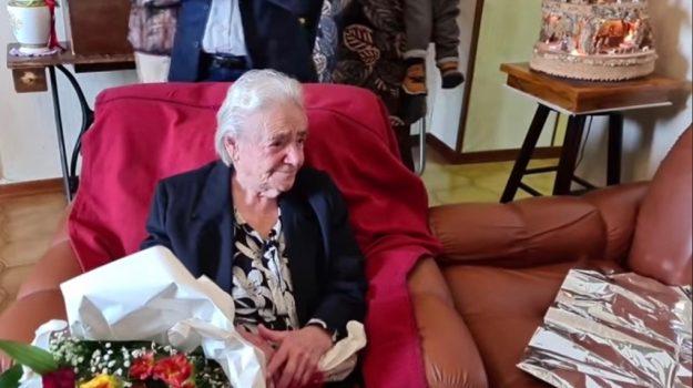 centenaria Paola, Lucia Manes, Cosenza, Società