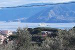 Nave da crociera dismessa in transito sullo Stretto di Messina, difficoltà per le correnti