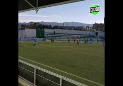 Portogallo, segna la punizione con un effetto disegnato Costinha, calciatore del Pevidem, squadra della terza serie portoghese, ha segnato con una punizione dall'estremità laterale dell'area avversaria - Dalla Rete
