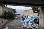 I rifiuti accatastati in via Strada Ferrata a San Gregorio di Reggio Calabria