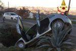 Auto esce di strada e finisce in un fossato a Cosenza: estratto dalle lamiere il conducente