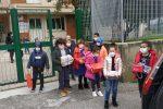 I bambini Bambini consegnano le scatole natalizie a San Pietro a Maida