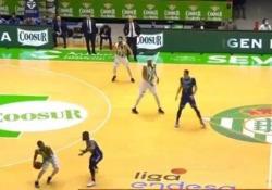 Spagna, fa canestro dalla propria metà campo Alcuni lo definiscono già il canestro dell'anno nel campionato di basket spagnolo - Dalla Rete