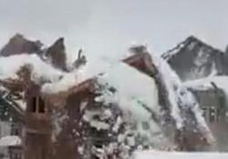 Troppa neve sul tetto: crolla l'intera casa Il filmato girato a Srinagar, nell'India del Nord - CorriereTV
