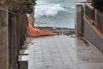Il mare riprende a fare paura e avanza verso case e strade del Tirreno cosentino