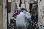 Anziano muore sotto cumuli di abiti raccolti in casa negli anni
