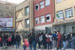 """Studenti davanti al liceo scientifico """"Vito Capialbi"""" di Vibo Valentia"""