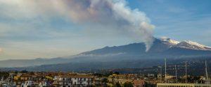 Catania, cenere dell'Etna sulla pista dell'aeroporto: voli dirottati e cancellati