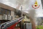 Paola, altre immagini dall'incendio all'alba nel centro commerciale