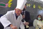Il maestro orafo Gerardo Sacco durante la preparazione del piatto di sua invenzione