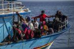 Lampedusa: 10 sbarchi e 177 arrivi nella notte. Hotspot al collasso, trasferimenti a Crotone