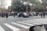 Genova, macchina sfonda il blocco e investe manifestanti durante la protesta VIDEO