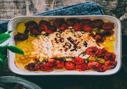 «Baked Feta Pasta»: per colpa di questa (deliziosa) ricetta, in Finlandia sono a corto di feta Pasta, feta e pomodorini: questo piatto è diventato un caso sui social - CorriereTV