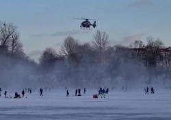 Berlino: la polizia in elicottero allontana i bambini dalla pista di ghiaccio Dozzine di famiglie si erano radunate domenica pomeriggio sul lago Weißensee di Berlino - CorriereTV