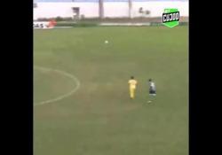 Brasile, segna con un tiro al volo da 30 metri Un gol di tenacia e talento: è quello realizzato da Kiko Alagoano, calciatore del Desportivo Alianca, squadra del campionato dilettanti brasiliano - Dalla Rete