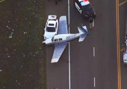 California: l'aeroplano si schianta contro una macchina in autostrada Il velivolo ha subito un guasto al motore poco dopo il decollo e il pilota è stato costretto a un atterraggio di emergenza - CorriereTV