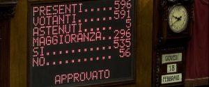 Governo: 16 deputati M5s votano contro la fiducia, 11 non votano