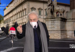 """Crozza nei panni del nuovo ministro all'istruzione Bianchi: «Come faccio a tornare a Ferrara?» Il mattatore nella nuova stagione di """"Fratelli di Crozza"""" in onda sul Nove - Corriere Tv"""