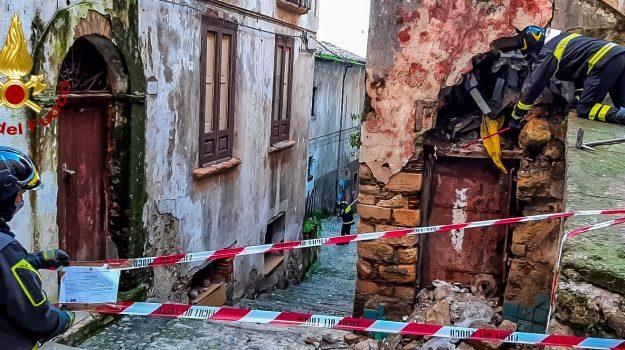 cosenza, crollo, via del Seggio, vigili del fuoco, Cosenza, Cronaca