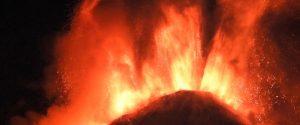 Etna: vulcano irrequieto, fontane di lava e sbuffi di cenere nella notte