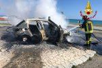 Guardavalle, un'auto perde il controllo e sbatte sul palo dell'illuminazione incendiandosi
