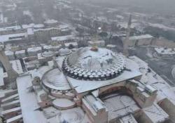 Istanbul: la Basilica di Santa Sofia coperta di neve Le bellissime immagini riprese dall'alto della città turca dopo le forti nevicate - CorriereTV