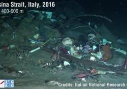 Le tonnellate di spazzatura sul fondale dello Stretto di Messina immortalate da un robot subacqueo Il video da una delle telecamere del Pollux III, il robot pilotato da remoto della Sapienza di Roma e dell'Istituto di Geologia Ambientale e Geoingegneria del Cnr - Corriere Tv