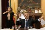 La lettera di dimissioni stracciata dal sindaco Cateno De Luca
