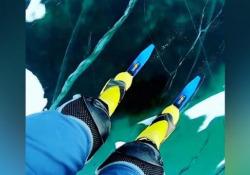 Russia, i suoni del lago Baikal ghiacciato come in un film di fantascienza Le immagini registrate dal fotografo Alexey Kolganov - Dalla Rete