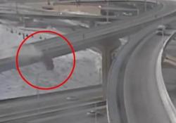 Stati Uniti, pick-up vola giù da un cavalcavia: oltre 20 metri nel vuoto, guidatore illeso Le imamgini dalle telecamere di sorveglianza del Wisconsin - Dalla Rete