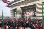 Tutto pronto per il derby di Milano. San Siro vuoto, maxi assembramenti tra tifosi