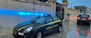 Autovetture della Guardia di finanza davanti al cancello del cimitero di Tropea