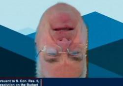 Un'altra gaffe in videoconferenza: il deputato Usa è sottosopra È accaduto nel corso di una riunione telematica su Zoom del Comitato per i Servizi finanziari della Camera dei Rappresentanti - CorriereTV