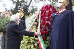 Il Presidente Mattarella depone una corona di fiori davanti alla lapide commemorativa di Aldo Moro