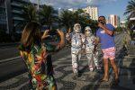 Rio de Janeiro, vestiti da astronauti per proteggersi dal coronavirus - GALLERY
