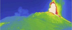 Etna: nuovo parossismo, fontana di lava dal cratere Sud-Est. Nube alta 6 km