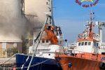 Porto di Crotone, rimorchiatore in fiamme - IL VIDEO