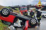 Milazzo, auto sbanda sull'asfalto viscido e si ribalta. Un ferito FOTO