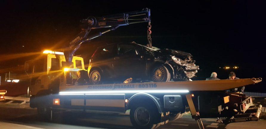 """Santo Stefano, auto esce di strada e """"atterra"""" su un capannone"""