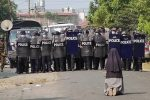 """Birmania, suora in ginocchio implora i militari: """"Non sparate sui giovani manifestanti"""""""